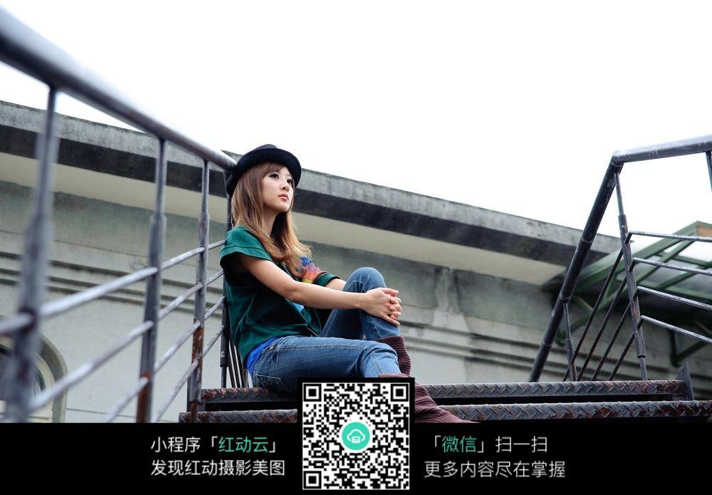 坐在楼梯上的女孩_坐在铁楼梯上的美少女图片_女性女人图片