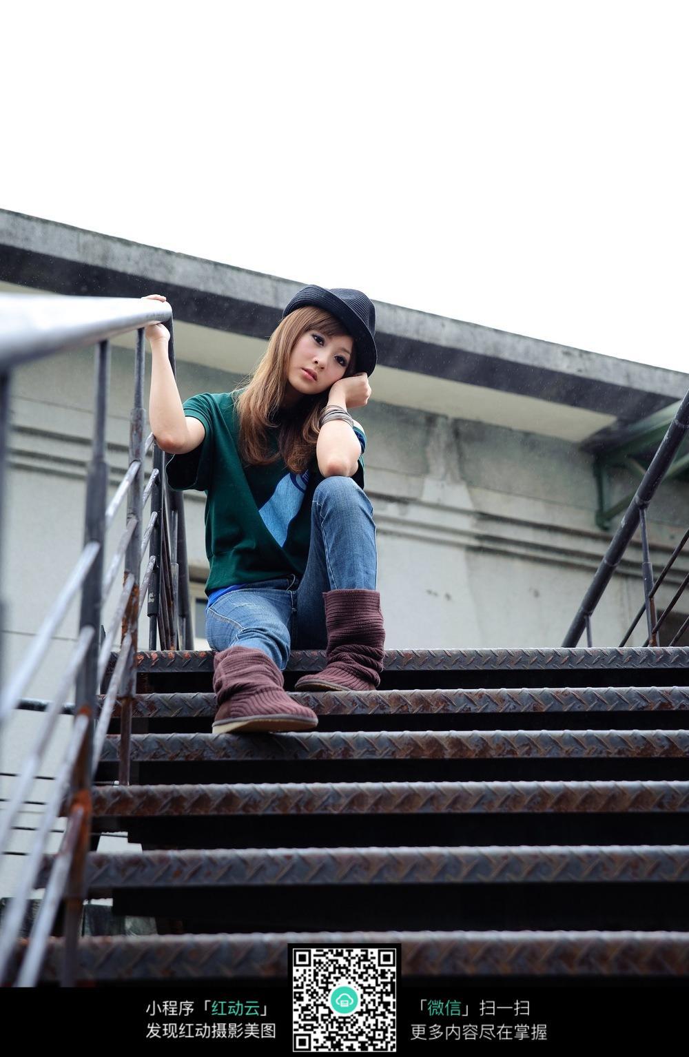 坐在楼梯上的女孩_坐在楼梯上的性感美女模特图片_女性女人图片