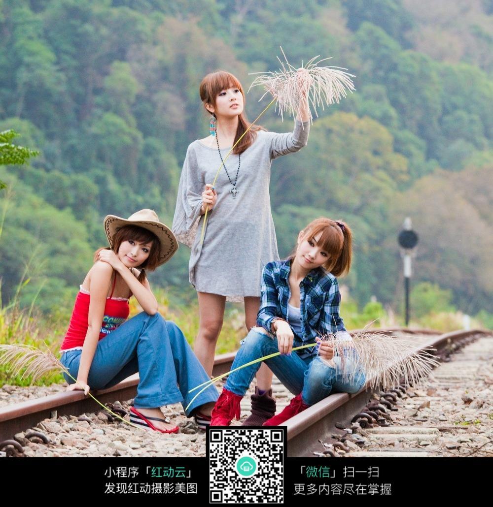 在铁路上拍写真的美女们