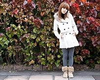 穿白色秋装外套的美女