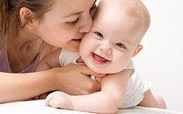 妈妈微笑亲吻宝宝温馨可爱照片