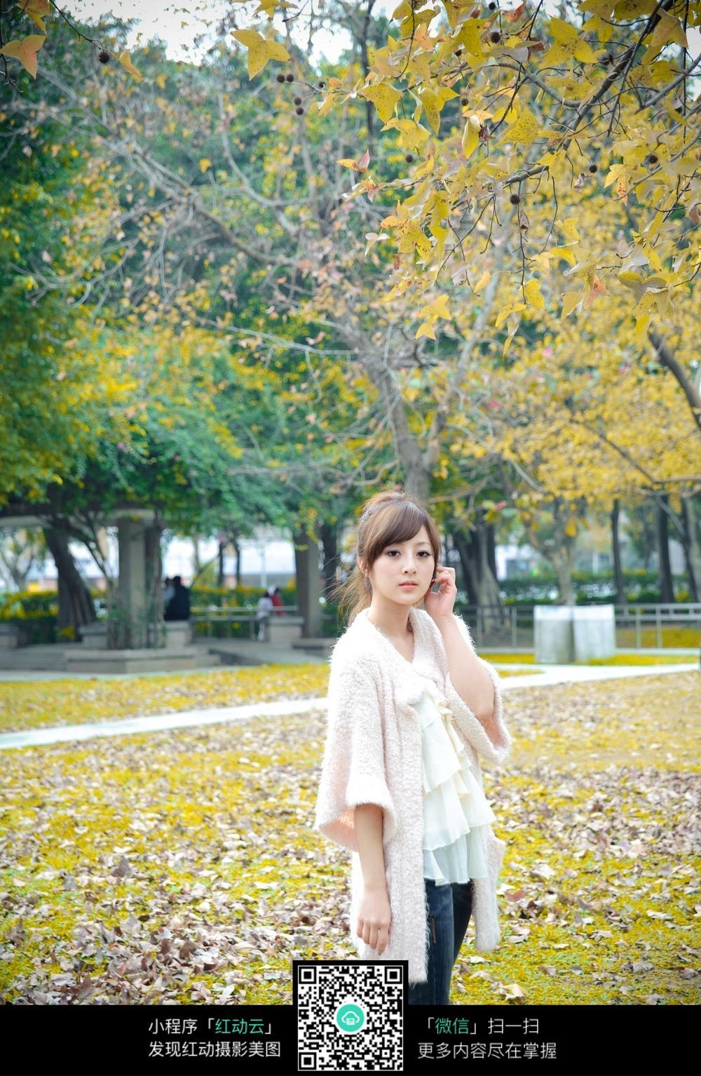秋风中的女孩图片
