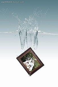 破碎全家福相框掉入水中素材