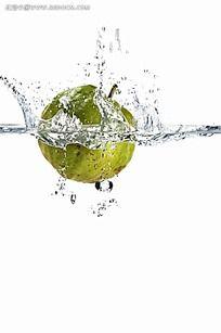 水果掉入水中瞬间
