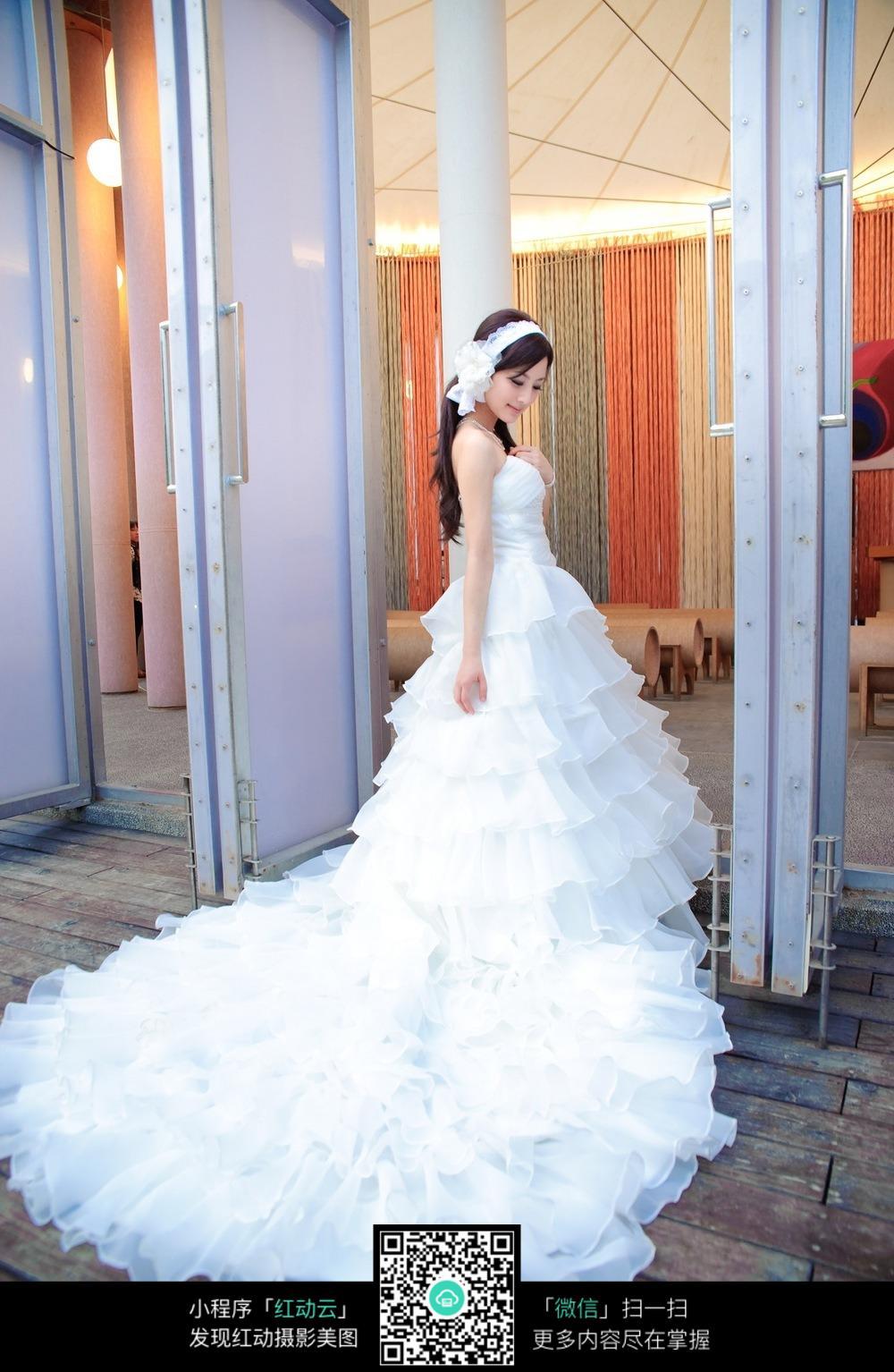 女生婚纱拖地