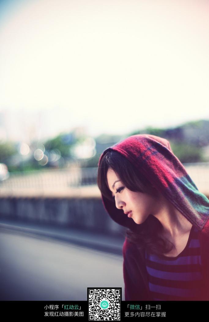 低头沉思的女孩图片
