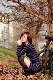 蹲在树下的图片美图片少女人物-模特图片素材头像性感女生彩绘图片