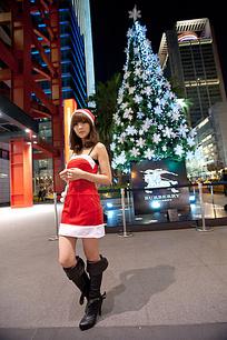 广场上行走的圣诞女孩