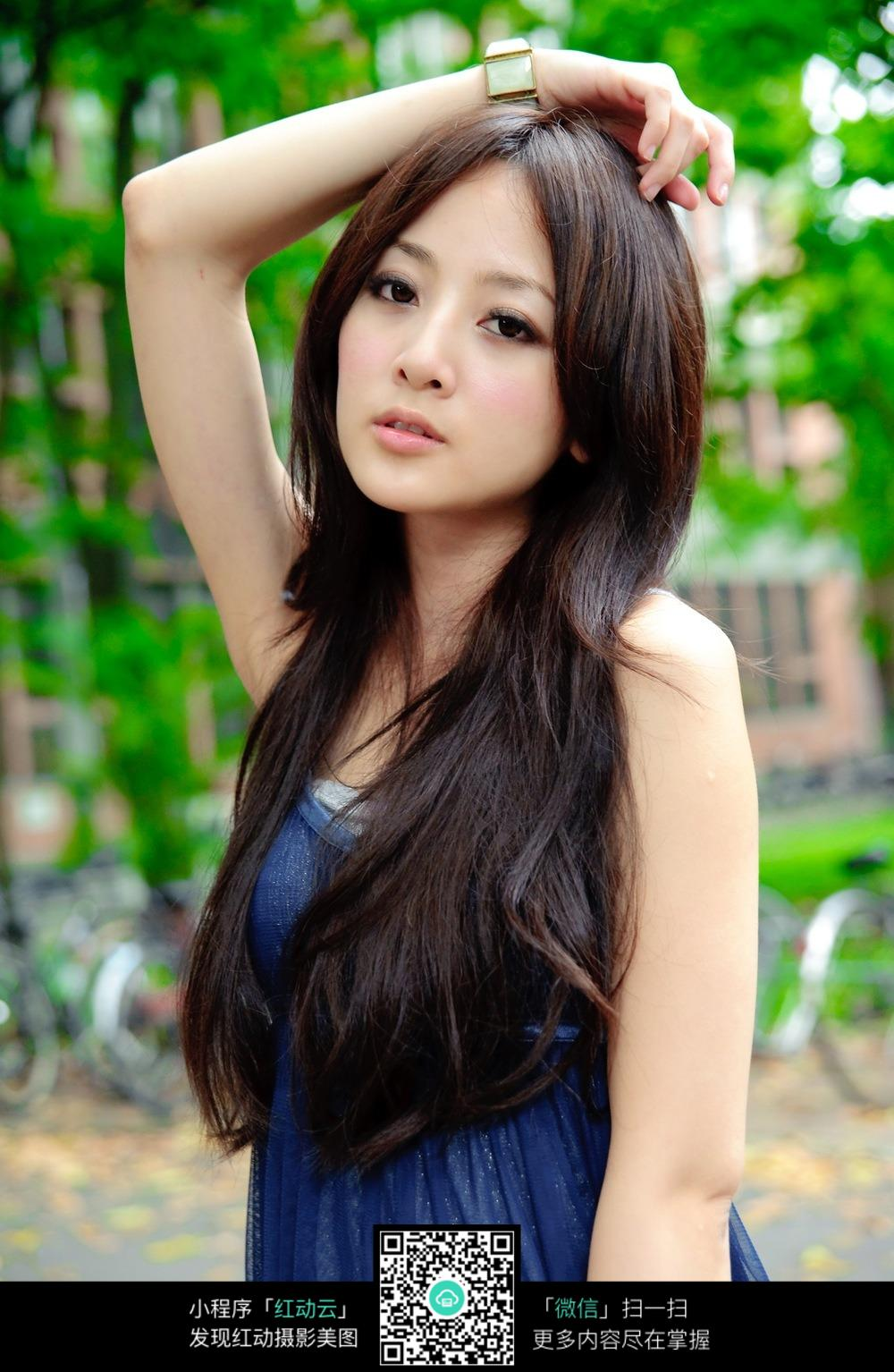 手放头上的长发美女模特图片