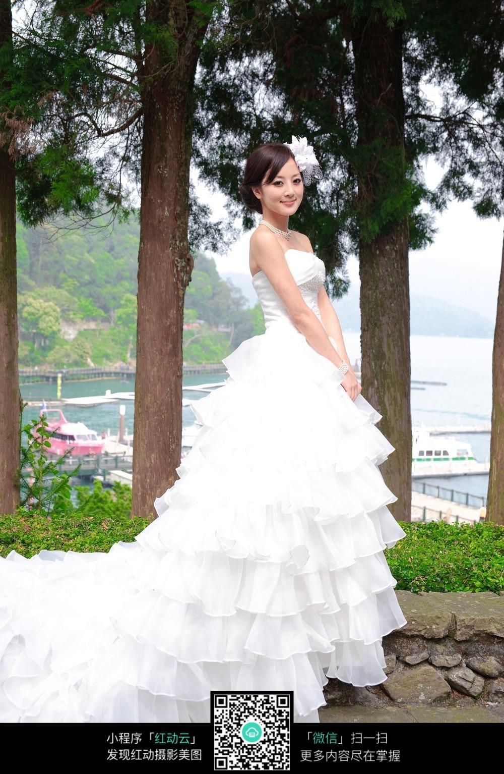 优雅美女白色婚纱照