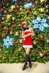 站在圣诞树前的女孩