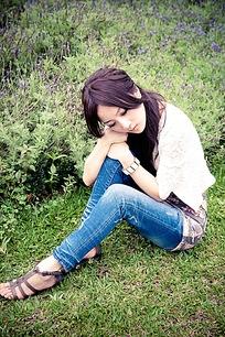 坐在草坪上沉思的女孩