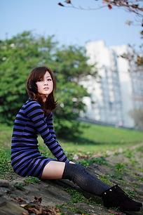 坐在地上凝思的女孩