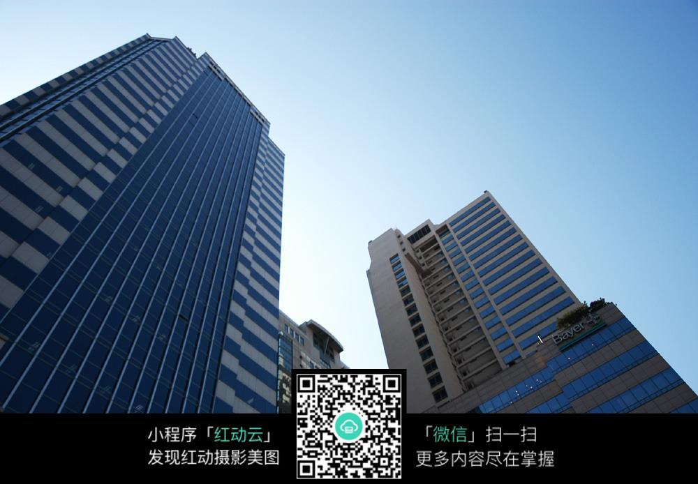 高楼建筑仰视图图片