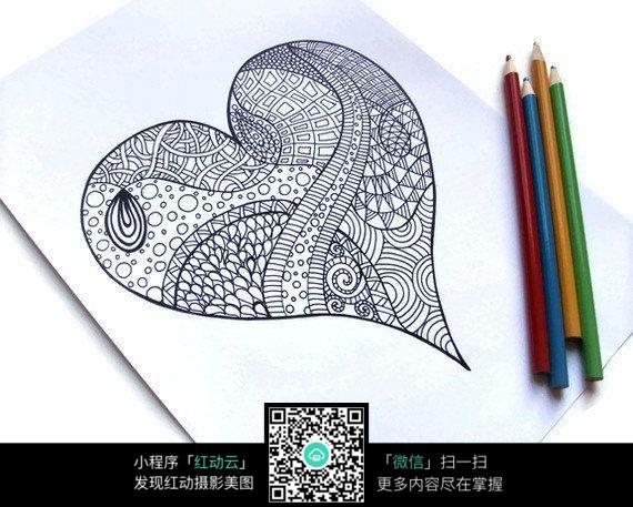 画纸上的爱心手绘插画图