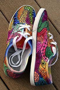 鞋子上的彩色花纹