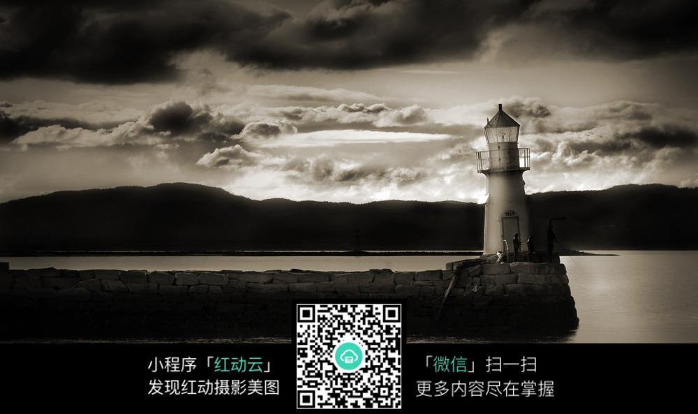 黑白色海边的灯塔摄影图片