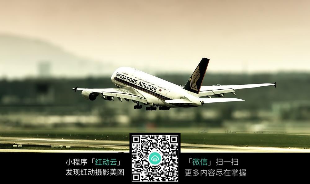 起飞时的飞机图片