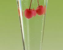 玻璃杯里的红樱桃