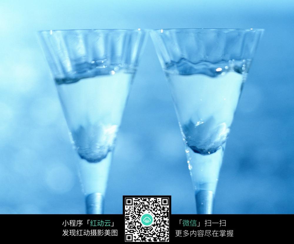 蓝光下的玻璃酒杯图片