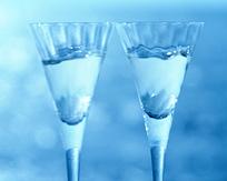 蓝光下的玻璃酒杯