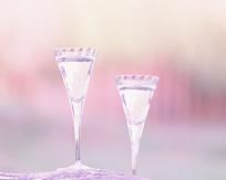 两个高脚玻璃杯