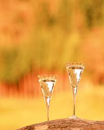 两个高脚酒杯