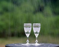 雨中的酒杯