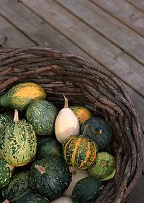 木地板上箩筐里的小南瓜