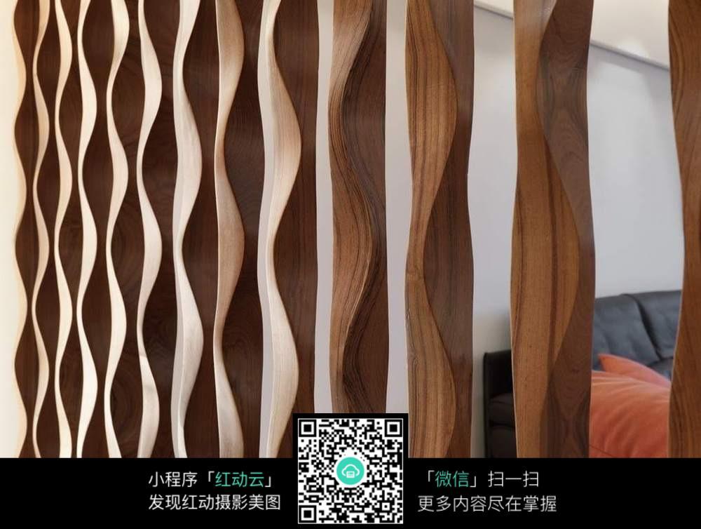 镂空木纹隔断客厅图片