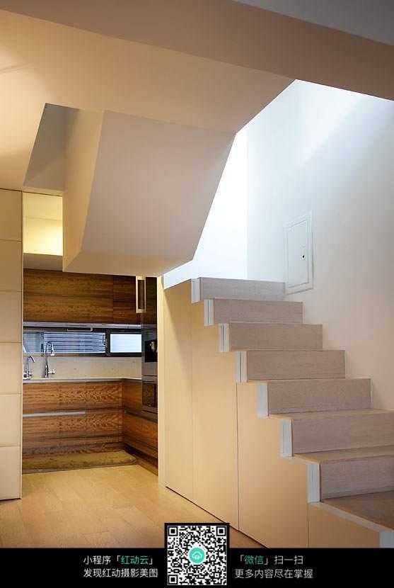 白色楼梯图片
