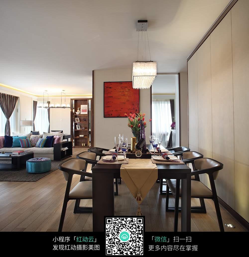 木质地板房子就餐区与客厅