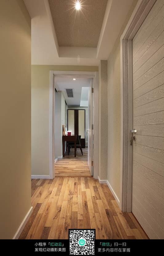贴木地板的玄关通道设计效果图