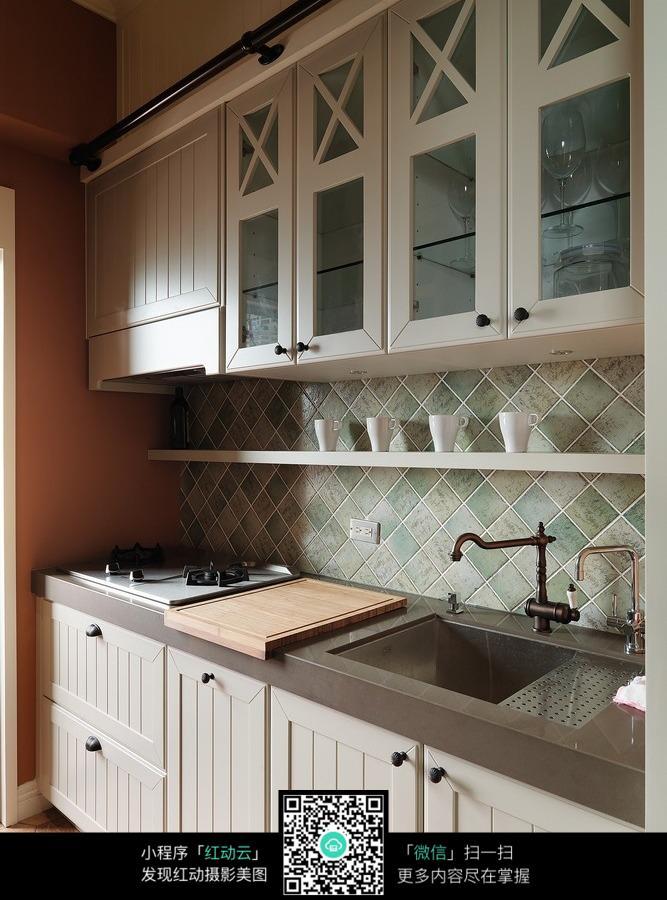 橱柜 水池 煤气灶 油烟机 茶杯 地砖 风格 设计 欧式 白色系图片