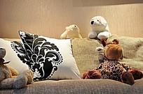 卧室里床上的毛绒玩具及抱枕