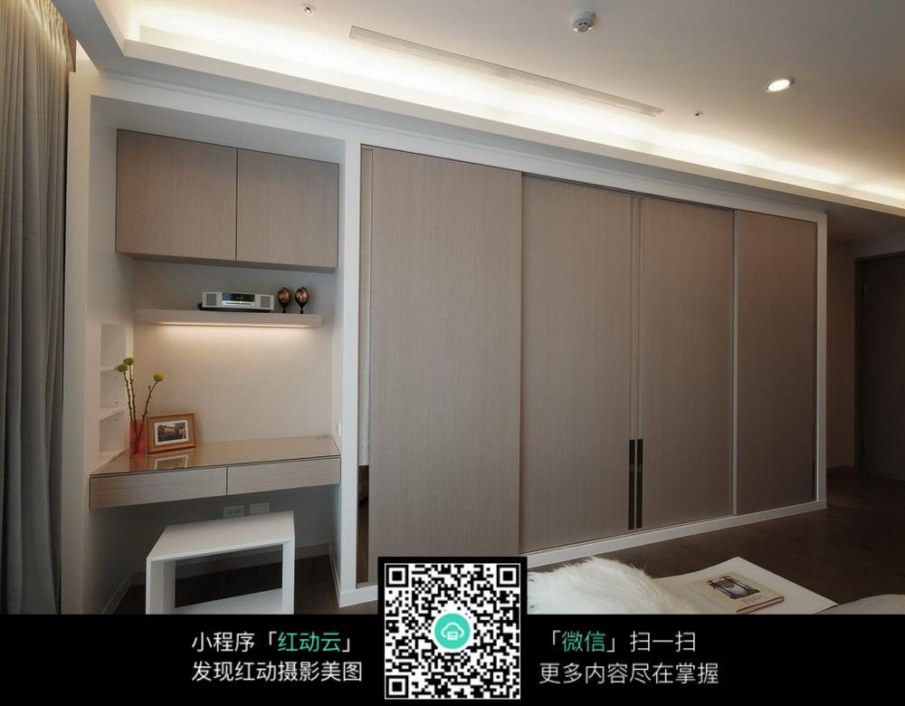 卧室衣柜和书桌的设计图片