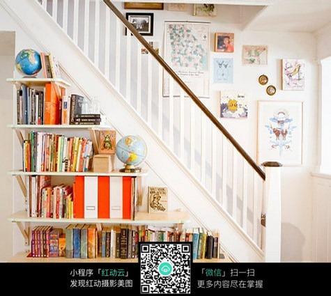 室内楼梯旁的书架及墙壁装饰画框图片