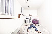 地板上躺着的人