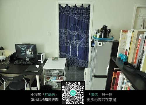 书房里的电脑桌及书架摆放设计