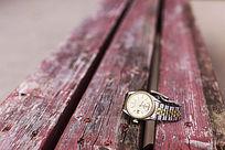 木椅上的手表