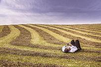 躺在田地里的男人