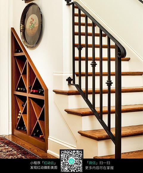 楼梯下的酒柜图片