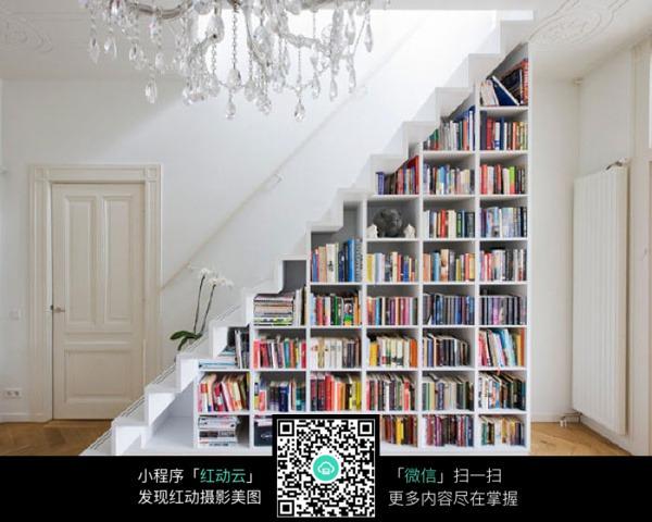 客厅楼梯下书架设计图展示