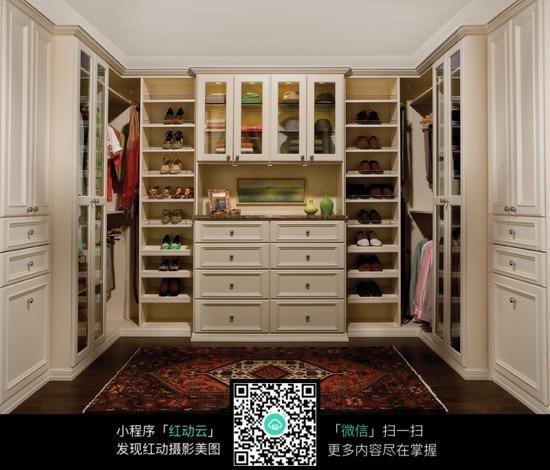 衣帽间 衣柜 鞋柜 衣服 鞋子 帽子 地毯 地板 设计 风格 经典 装饰