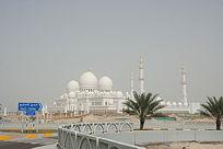 环形路远望白色的阿拉伯宫殿