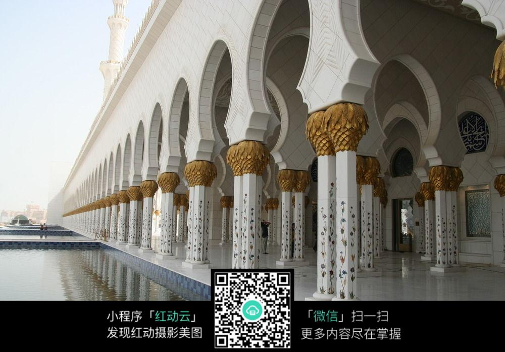 湖边美丽的阿拉伯拱形长廊图片