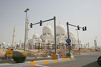 信号灯前方的阿拉伯穹顶建筑