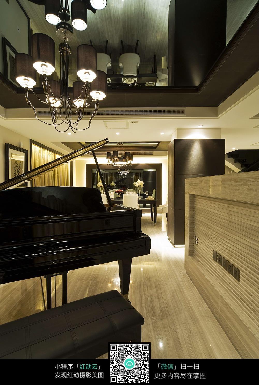 黑色气质钢琴室内装修效果图