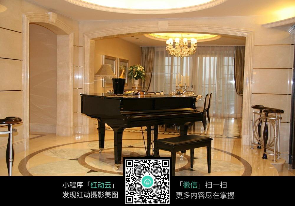客厅里的三角钢琴