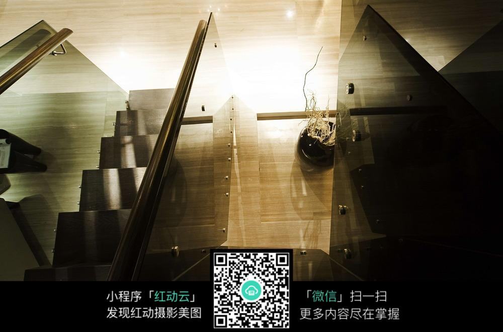 室内俯视楼梯间图片